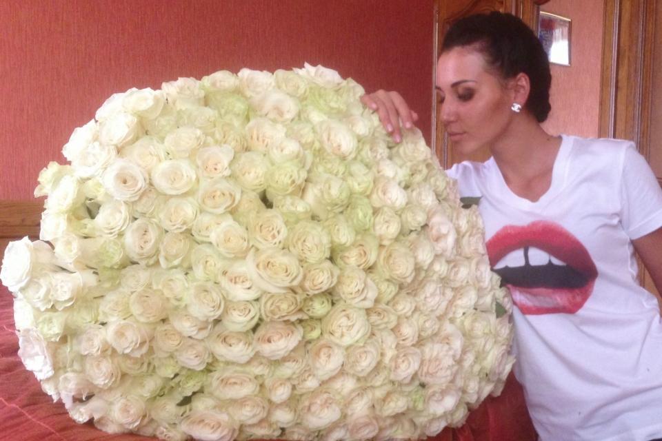 Фото девушка с букетом белых роз, маленькой букет из гвоздик спб