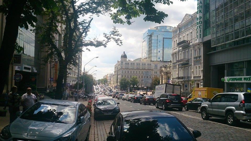 В результате провала асфальта на улице Владимирской образовалась огромная пробка