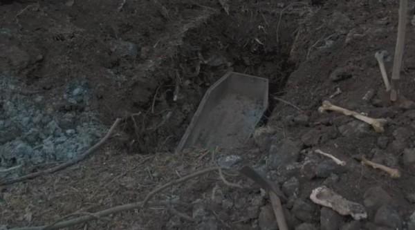 В россии студенты разрыли могилу и забрали части тела на сув.