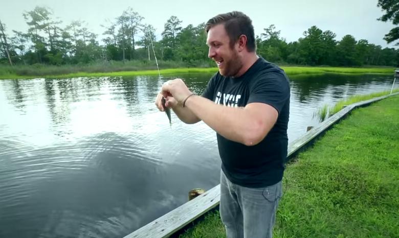дрон ловит рыбу