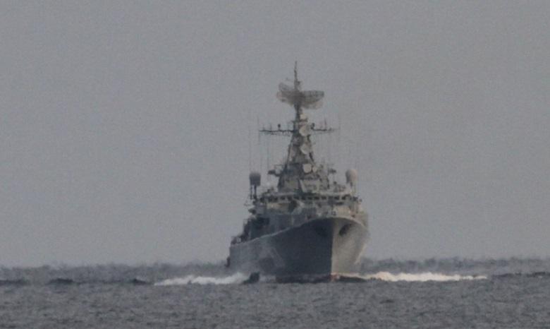 Военный корабльРФ совершал опасные маневры возле украинского судна