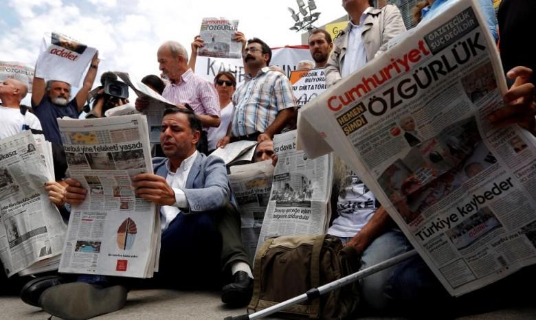 ВТурции ктюремному заключению приговорены 13 служащих оппозиционной газеты