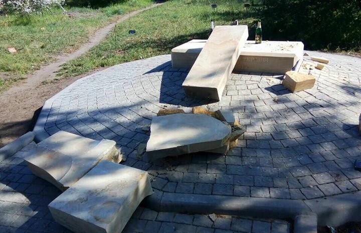 Вандалы разрушили установленный неделю назад памятный знак защитникам Украины наХортице